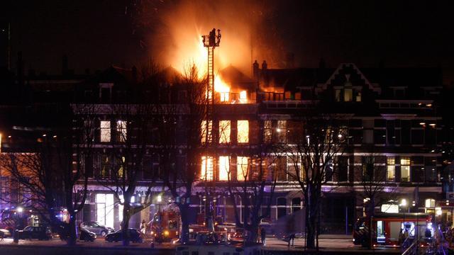Meerdere woningen ontruimd vanwege grote brand in Rotterdam