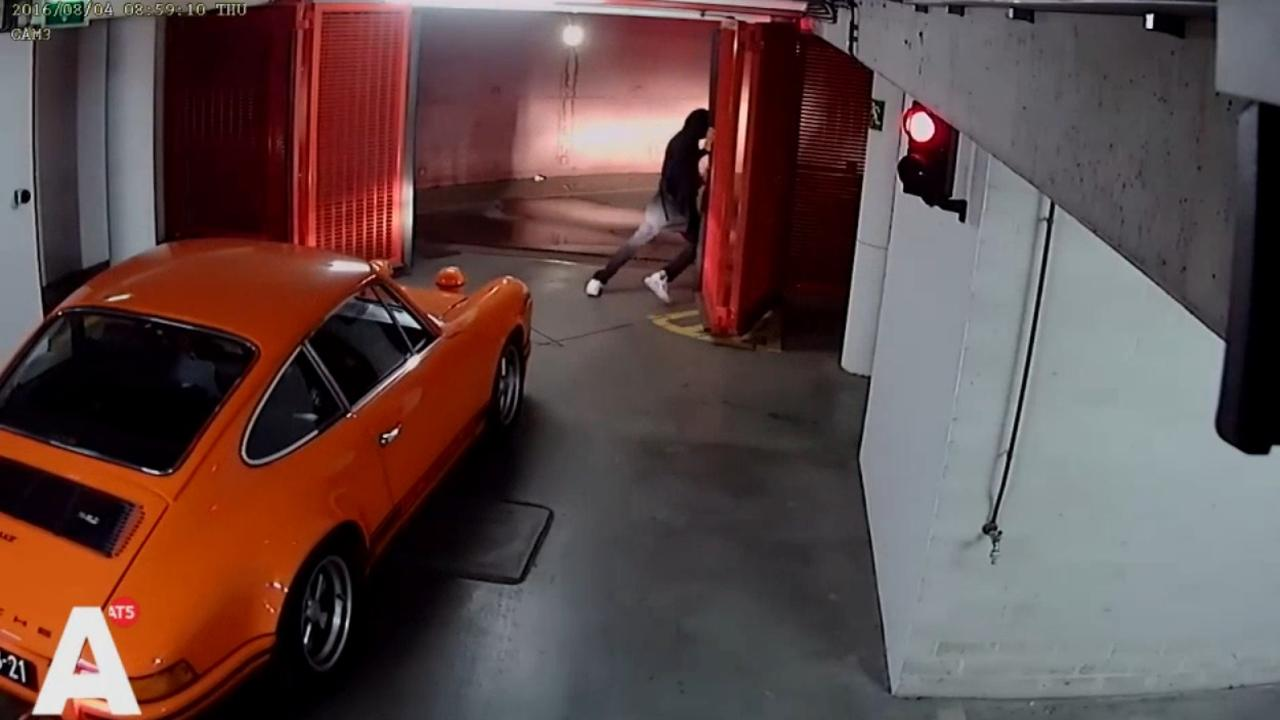 Dieven stelen klassieke oranje Porsche uit garage in Centrum