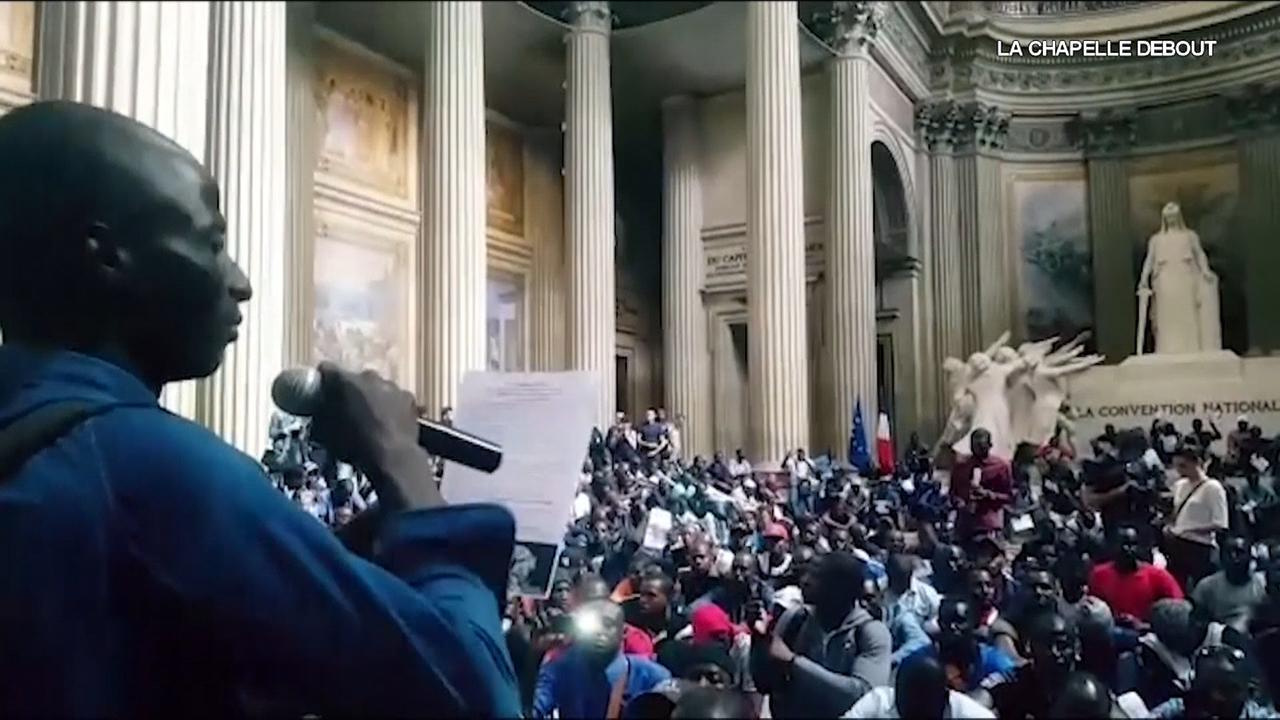 Honderden illegale immigranten bestormen Panthéon in Parijs