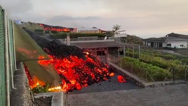 Lava bereikt woonwijken na vulkaanuitbarsting op La Palma
