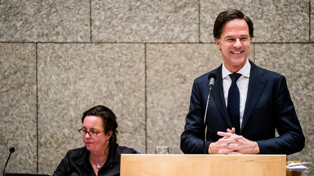 Demissionair Minister Tamara van Ark voor Medische Zorg (VVD) en demissionair premier Mark Rutte tijdens het coronadebat.