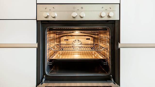 Zo maak je de oven schoon: 'We moeten vaker naar oma luisteren'