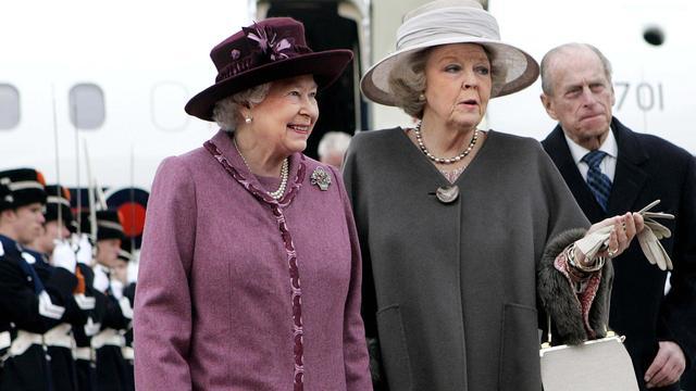 Elizabeth heeft een goede band met prinses Beatrix. Hier zijn ze samen te zien tijdens een bezoek van Elizabeth aan Nederland in 2007.