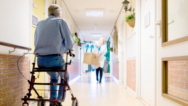 Kwart oudere verpleeghuisbewoners komt 'zelden of nooit' buiten