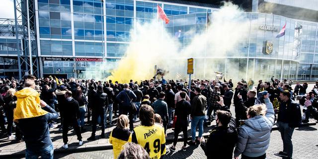 Fans zwaaien Vitesse uit voor bekerfinale, niet iedereen houdt afstand