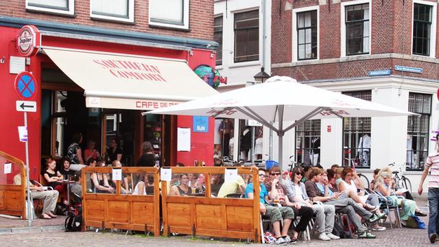 Arrestatieteam houdt tot ieders verbazing training op terras Café de Zaak