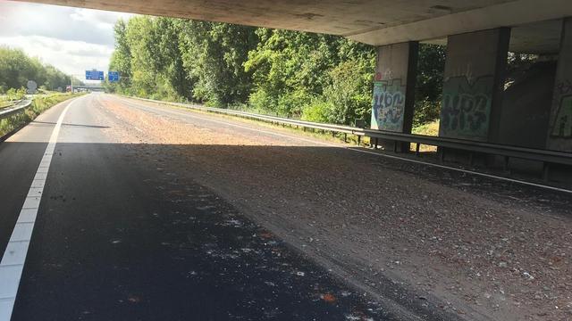 Vrachtwagen verliest lading grind op de A4 bij Bergen op Zoom