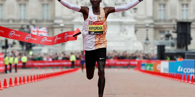 Kipchoge wint marathon van Londen voor vierde keer in tweede tijd ooit
