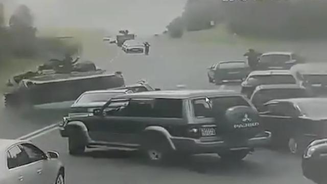 Pantservoertuig slipt en rijdt personenauto plat in Wit-Rusland