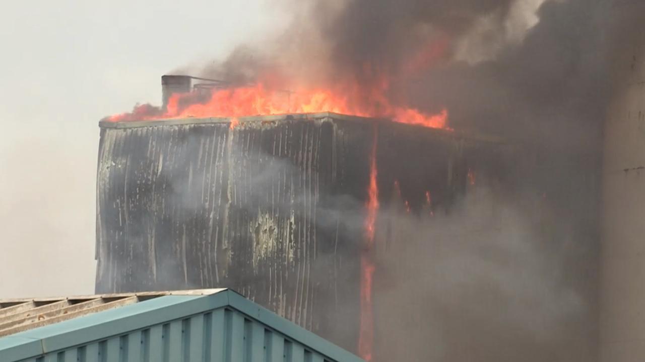 Uitslaande brand op industrieterrein in Oosterhout