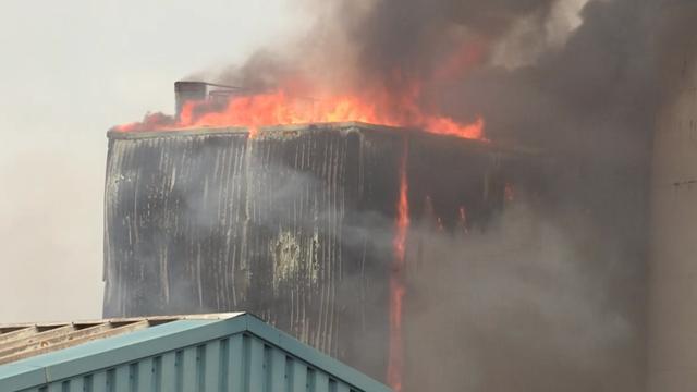 Grote brand in olie-installatie van bedrijf Oosterhout