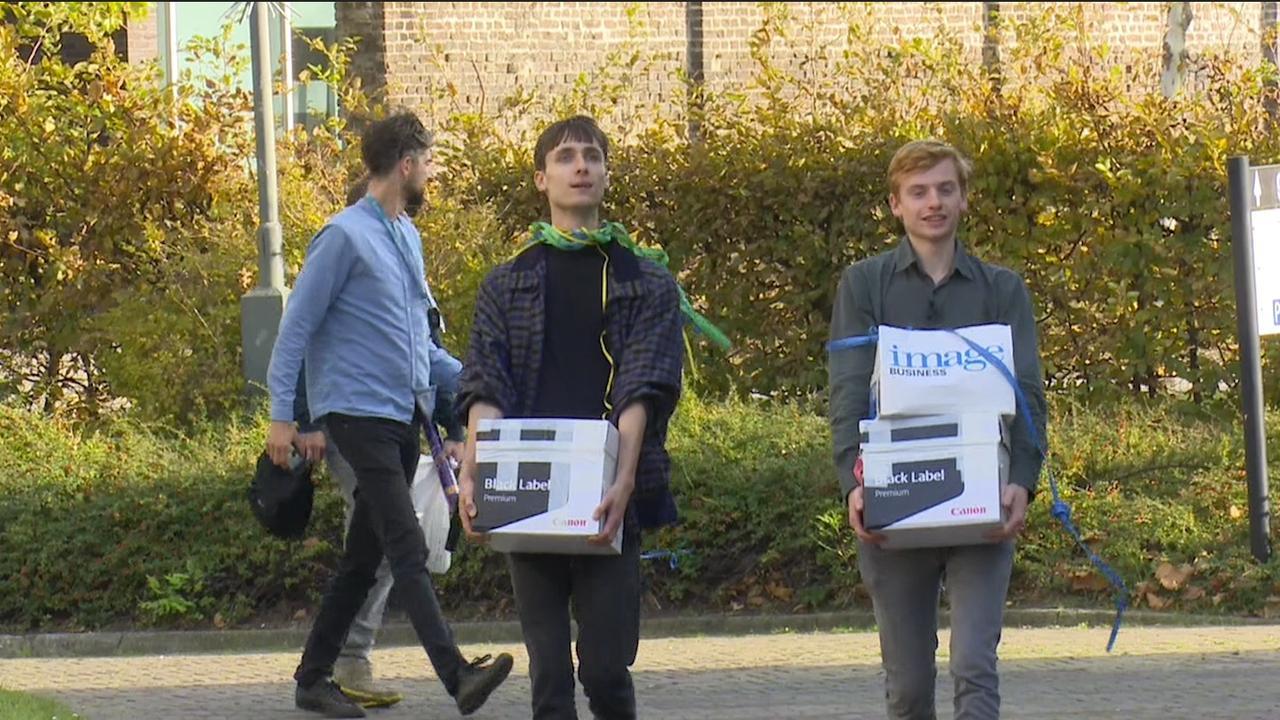 Initiatiefnemers referendum sleepwet leveren 400.000 handtekeningen in bij Kiesraad