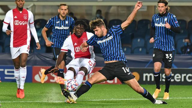 Ajax geeft voorsprong weg en speelt gelijk bij Atalanta in Champions League