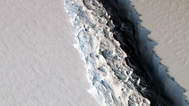 Enorme afgebroken ijsberg van Zuidpool de zee opgedreven