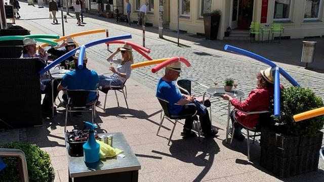Duits café laat gasten hoeden met zwembad-speelgoed dragen