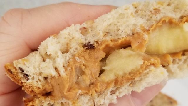 De oorspronkelijke 'Elvis-sandwich' is rijkelijk besmeerd met pindakaas. Daarnaast zit er ook banaan op, bosbessenjam en spek.