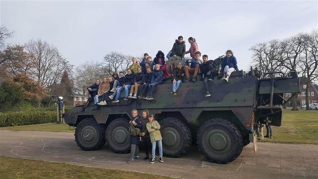 Leerling basisschool De Reigerlaan regelt militairen voor spreekbeurt