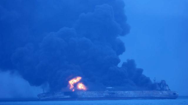 Lichaam geborgen van brandende olietanker China