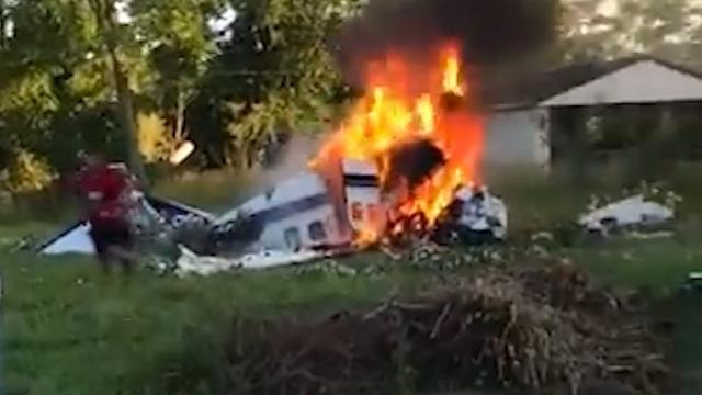 Man ontsnapt uit brandend vliegtuig na crash in Detroit