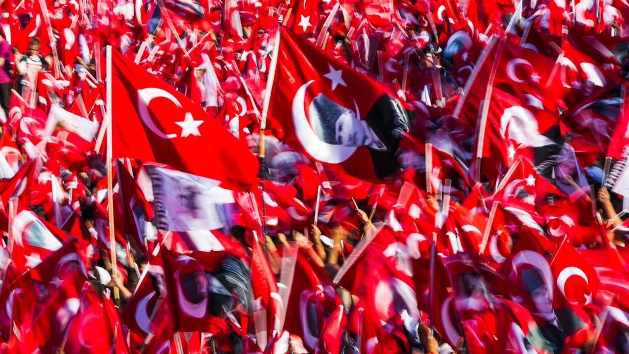 Massale demonstratie tegen couppoging in Turkije