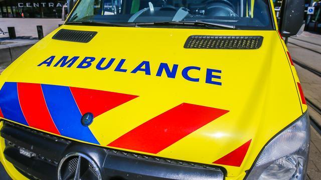 Motorrijder gewond bij botsing met auto door losliggend grind in Bavel