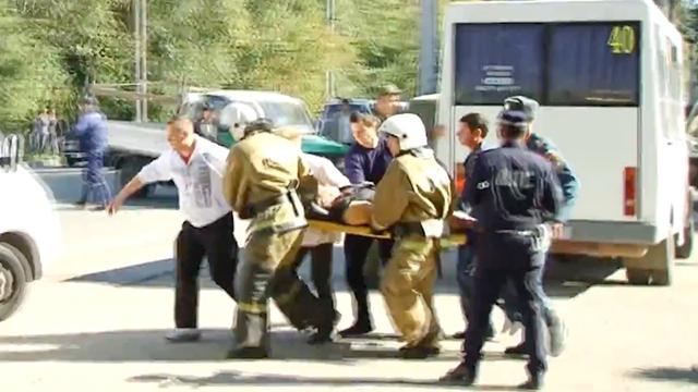Hulpverleners helpen slachtoffers na explosie in school op de Krim