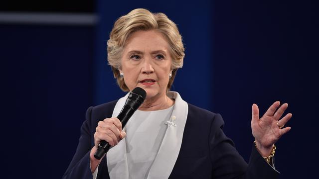 Hillary Clinton noemt 'nepnieuws' gevaarlijk