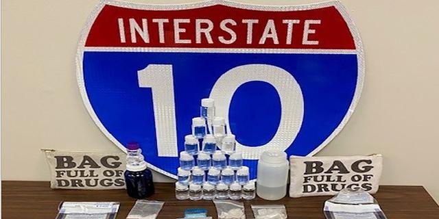 Amerikaanse politie vindt drugs in tas met opdruk 'Tas zit vol met drugs'