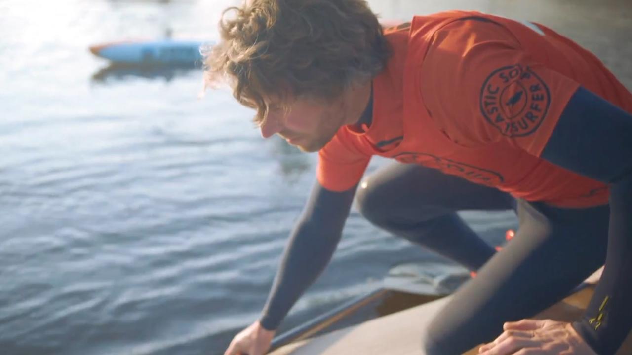 Surfer gaat hele Rijn af op surfplank van plastic flessen