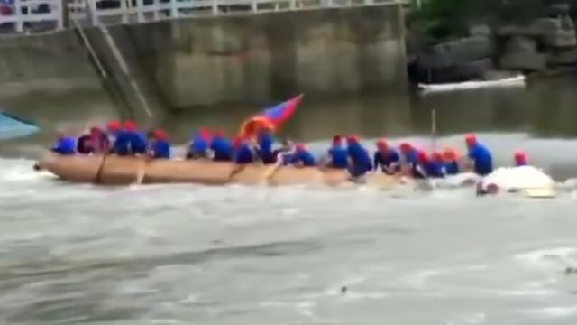 Twee drakenboten kapseizen na botsing in China