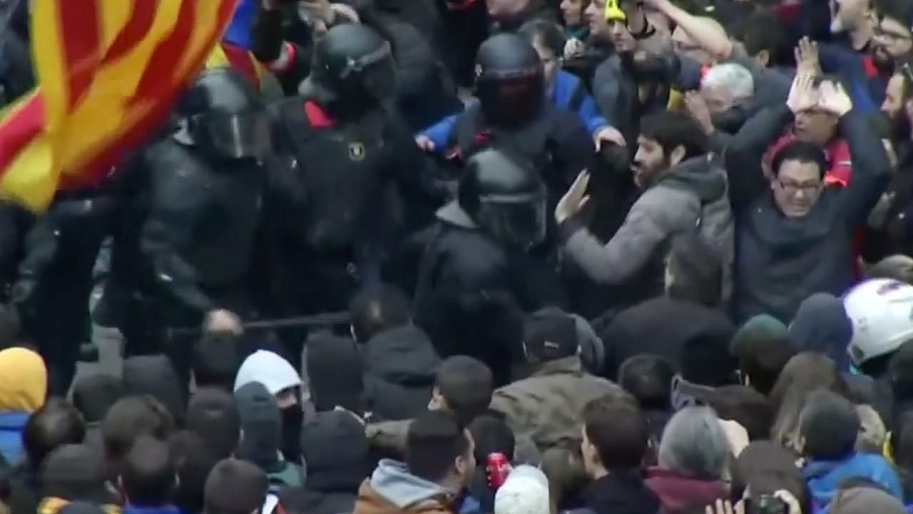 Demonstranten botsen met politie in Barcelona