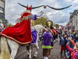 Burgemeester Niederer verwelkomde de Sint op het Kadeplein