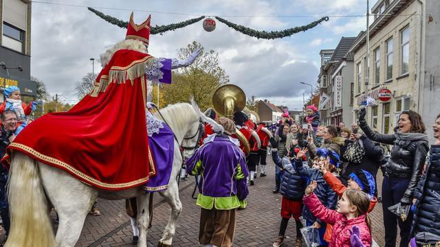 Sinterklaas zet met recordaantal Pieten voet aan wal in Roosendaal