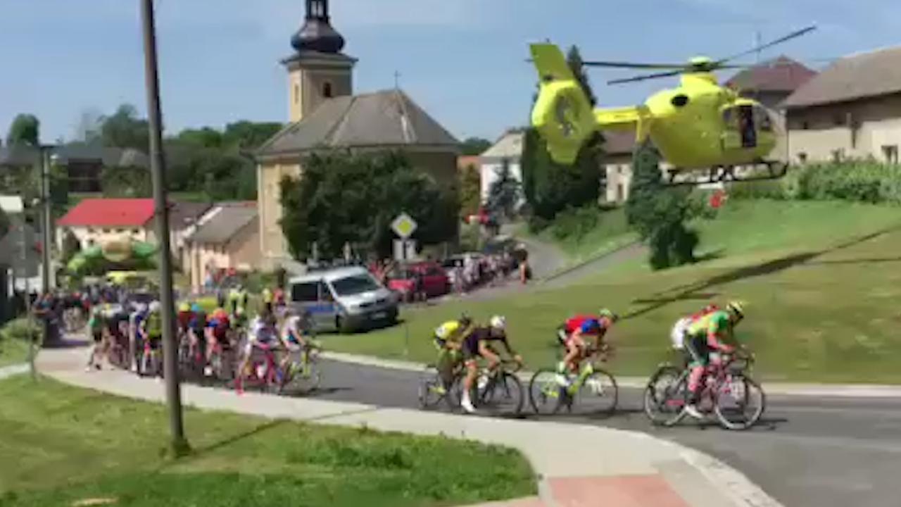 Traumaheli blaast wielrenners van hun fiets in Tsjechië