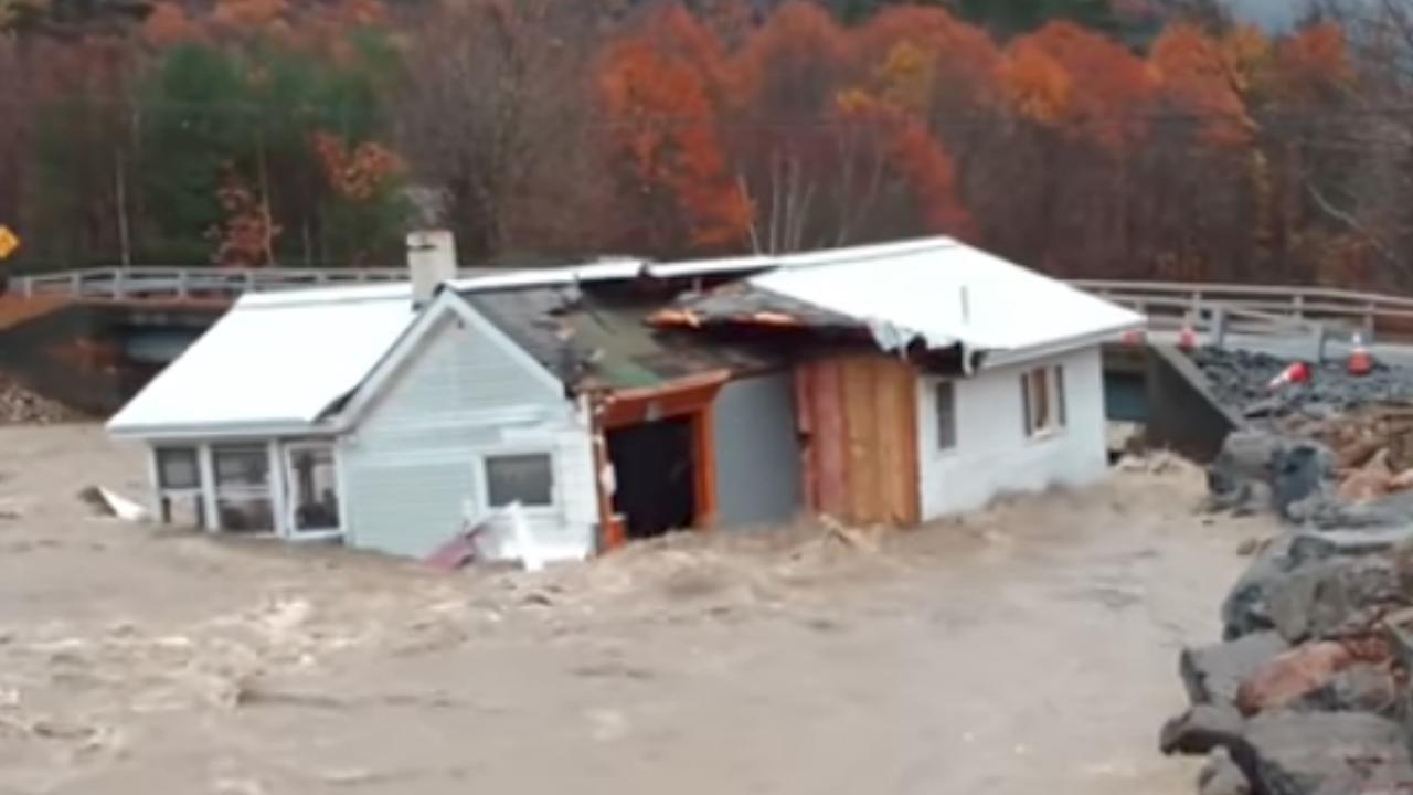 Door water meegesleurd huis verwoest na botsing met brug in VS