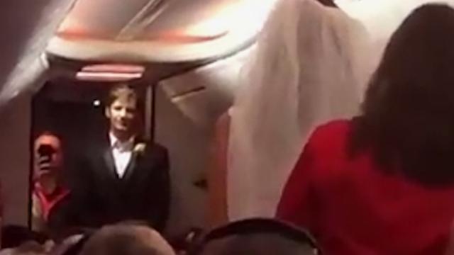 Amerikaans koppel trouwt op vlucht van Baltimore naar Las Vegas