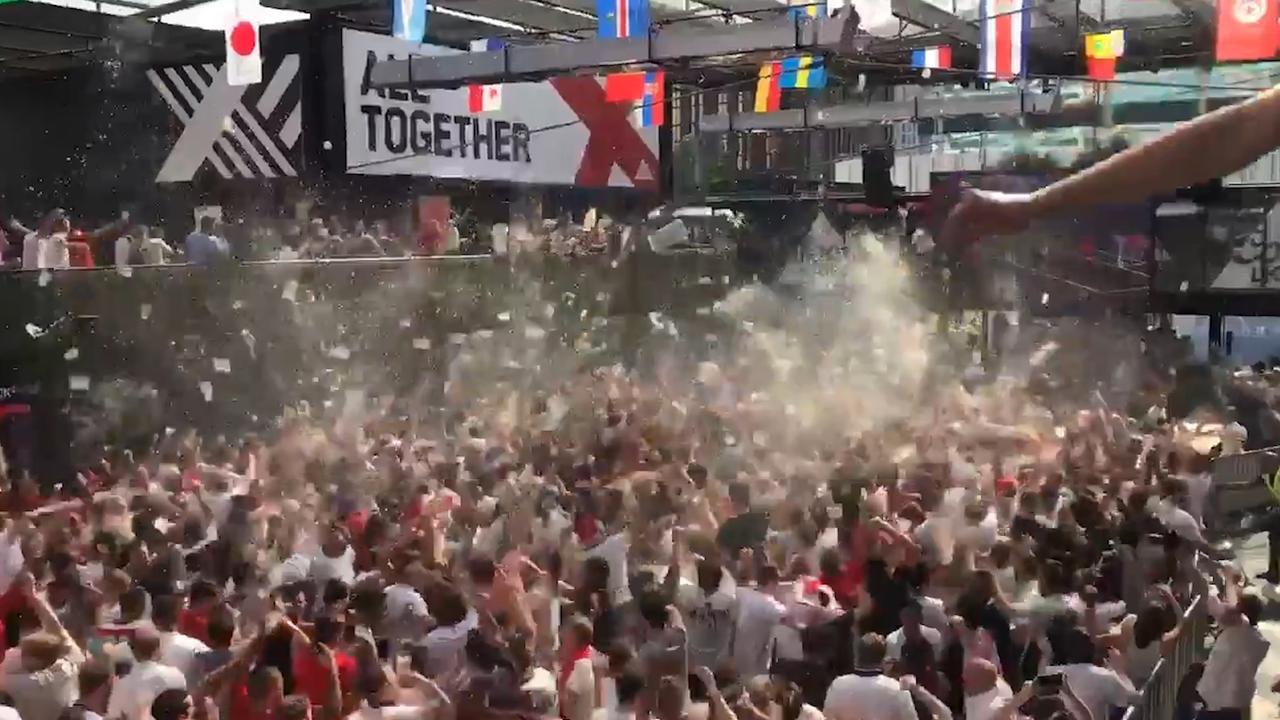 Zaal vol Engelse fans ontploft na WK-overwinning op Zweden