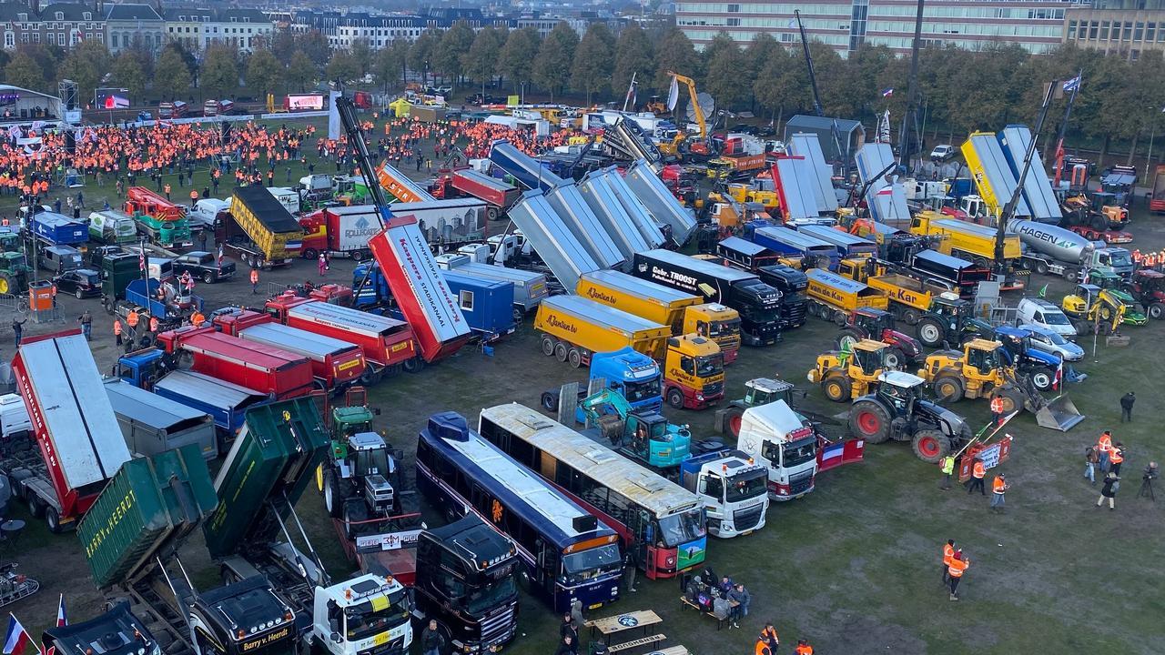 Luchtbeelden van afgeladen Malieveld tijdens bouwsectorprotest