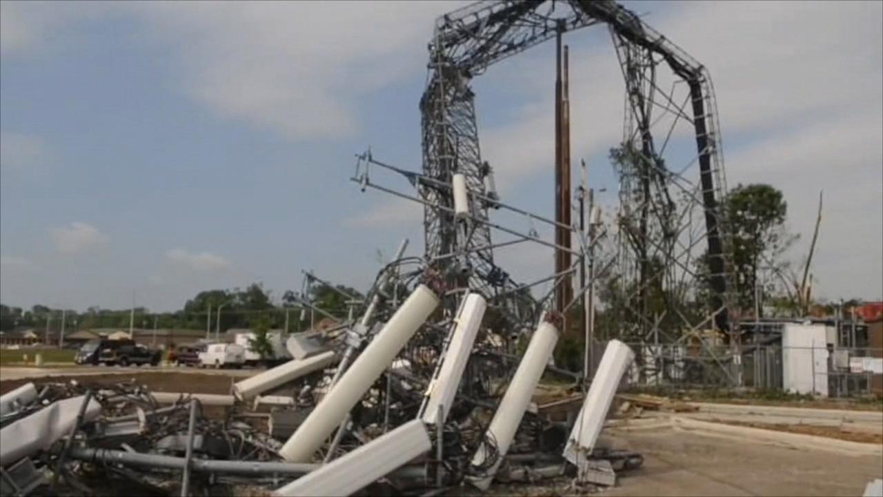 Krachtige tornado verbuigt telefoonmast in VS
