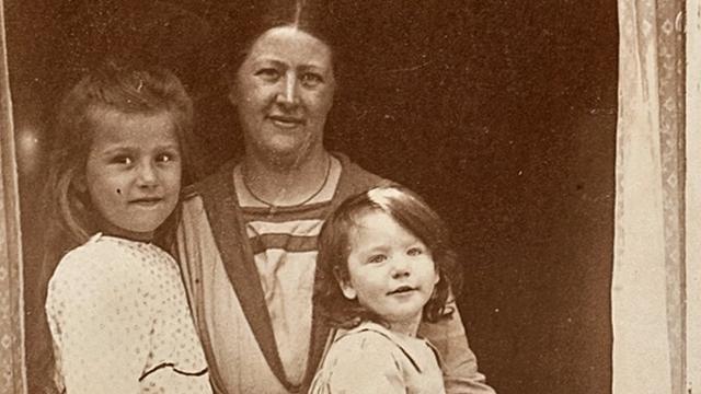 Fotoalbum met kinderfoto's van verzetsheldin Hannie Schaft gevonden