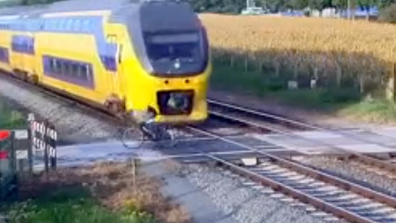 Trein raakt overstekende fietser bij Geleen net niet