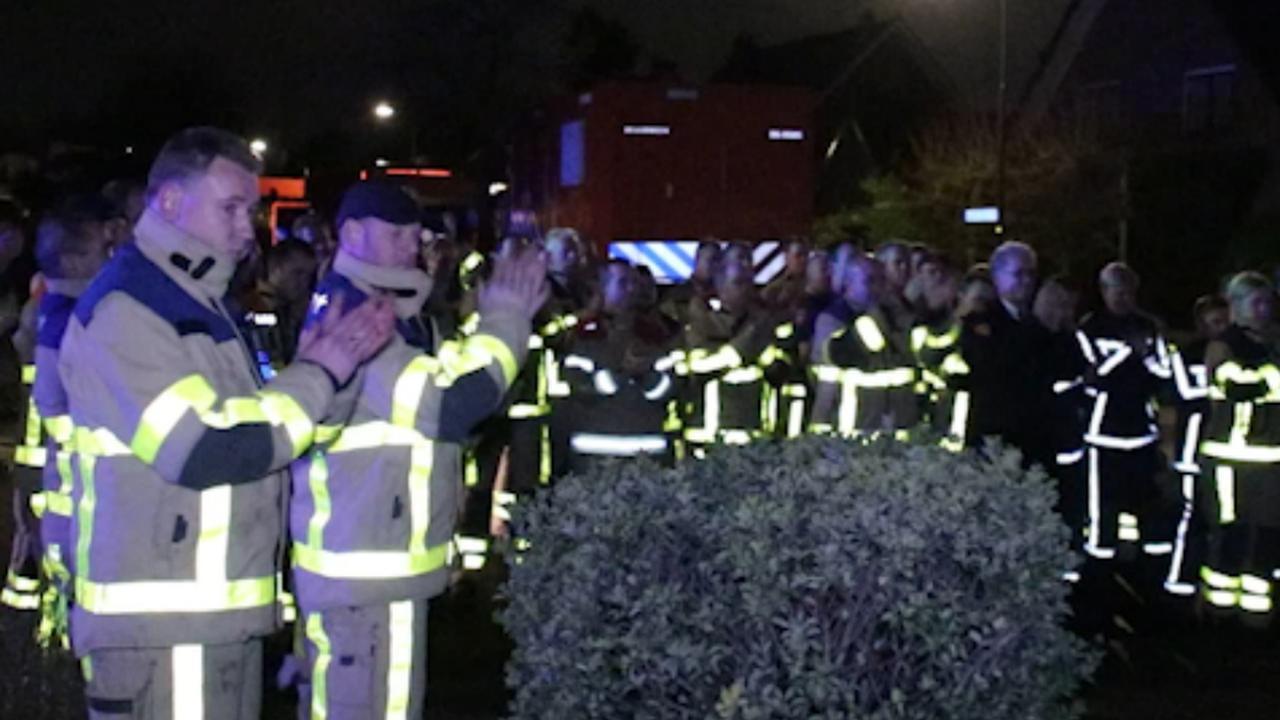 Brandweer Apeldoorn brengt eerbetoon aan ernstig zieke collega