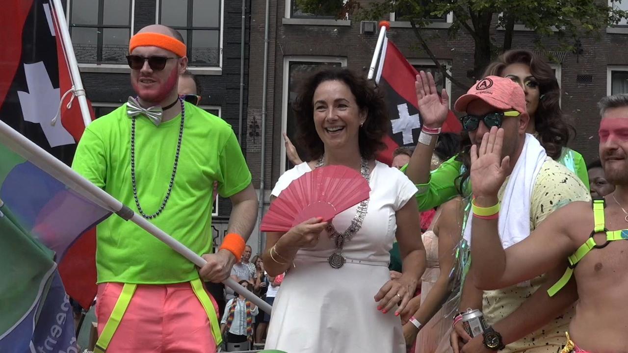 Burgemeester Halsema feestend op boot tijdens Canal Parade