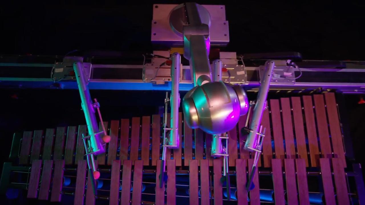 Robot met vier armen bespeelt marimba