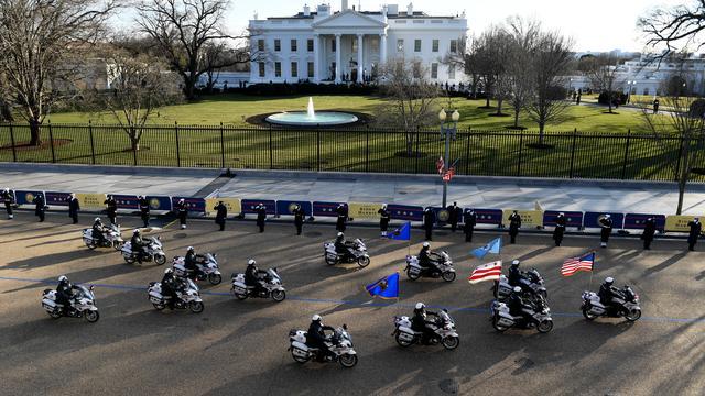 Een colonne motoragenten rijdt voorbij het Witte Huis. Washington werd woensdag extra beveiligd vanwege de vrees voor ongeregeldheden.