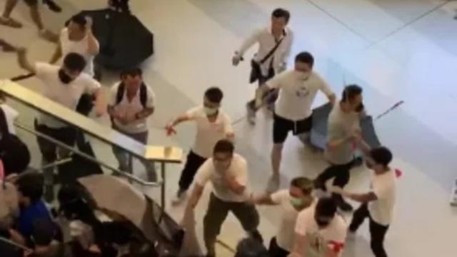 Groep mannen slaat in op mensen tijdens protesten in Hongkong