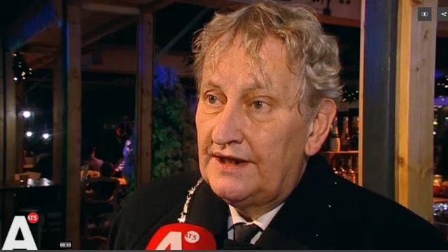 Horeca-ondernemer Milène Hoving krijgt Amsterdamspeld uitgereikt