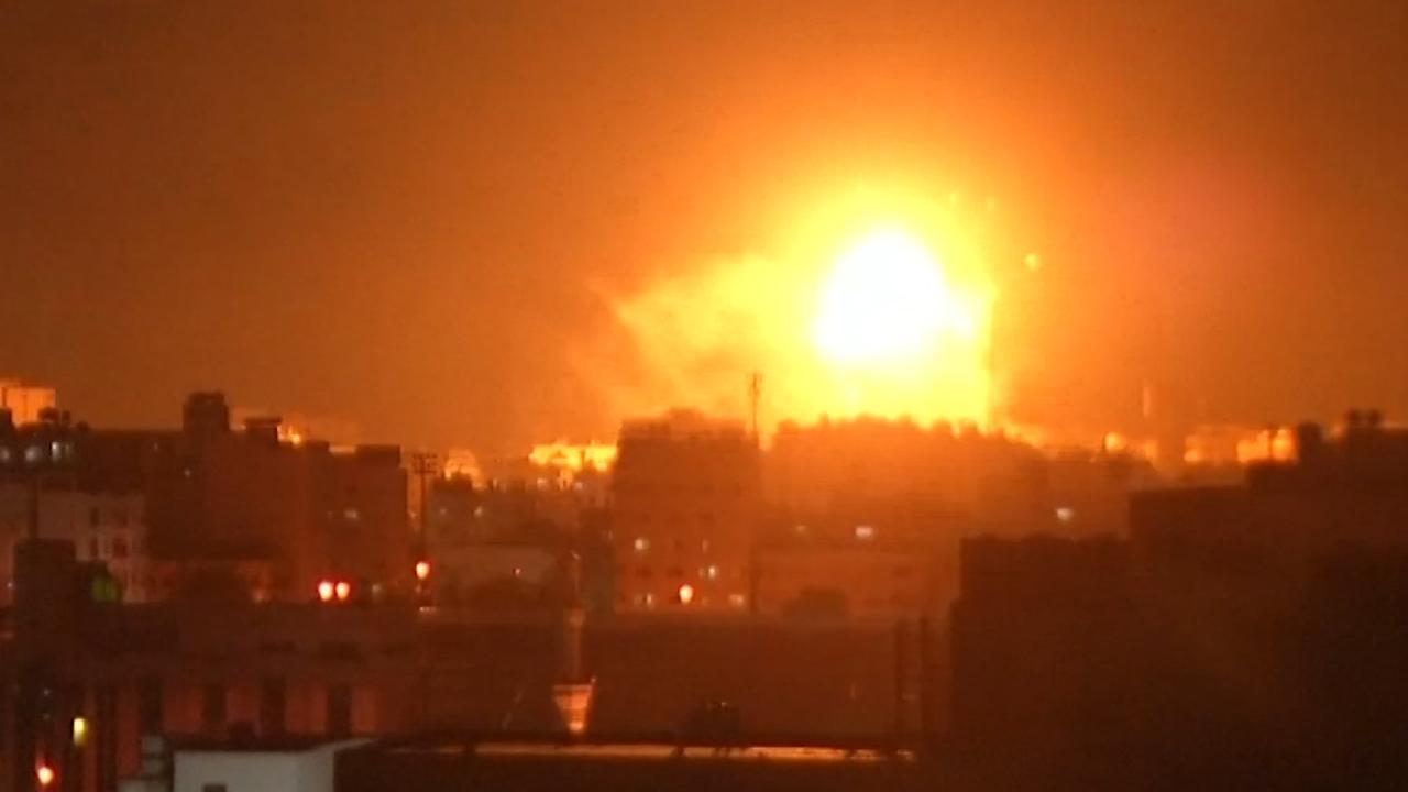 Vuurballen verlichten hemel tijdens Israelisch bombardement in Gaza