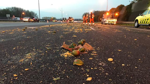 Vrachtwagen verliest lading mango's op A16 bij Ridderkerk, weg weer vrij