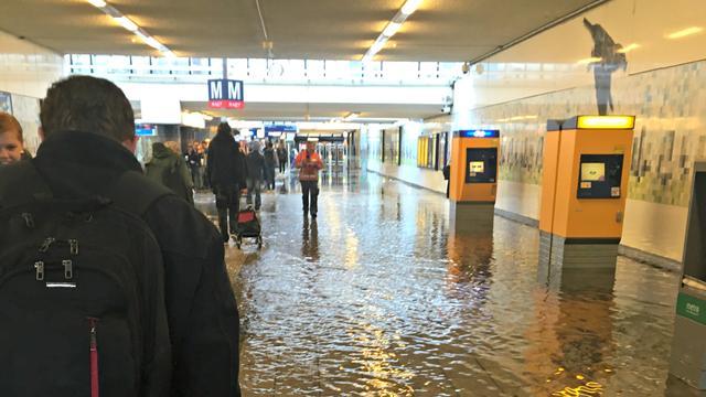 Regenbuien zorgen voor wateroverlast bij station Zuid